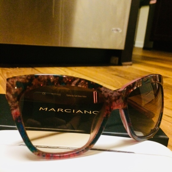 91037b1052d3f NWOT Guess by Marciano suns! 👓